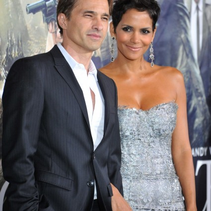 10-24-12-Halle-Berry-Olivier-Martinez-at-the-Los-Angeles-premiere-Cloud-Atlas-at-Graumans-Chinese-Theatre-Hollywood-972x1400