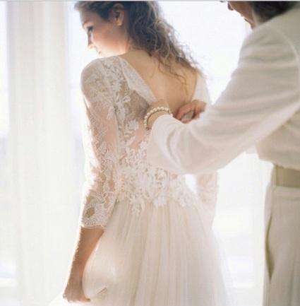 Ima nešto u fotografijama kada majke pomažu ćerkama oko venčanice što nam uvek probudi emocije.