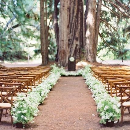Ukoliko želite da uštedite na dekoru za venčanje najbolje mesto je za vašu ceremoniju je šuma gde priroda sama predstavlja lepu dekoraciju.
